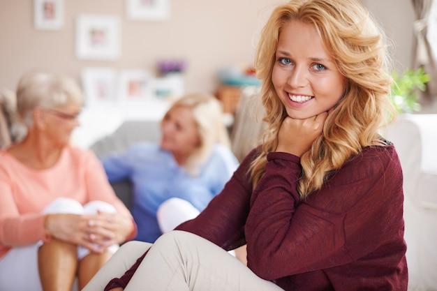 Lief blond meisje in het huis van oma