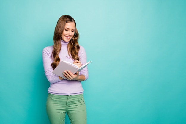 Lief dagboek. foto van mooie golvende dame hold planner schrijf privégeheimen in dagboek inspiratie moment draag lila trui pastel groene broek geïsoleerde blauwgroen kleur