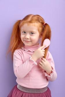 Lief kindmeisje dat haar het stellen op viooltje kamt