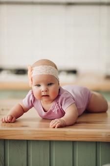 Lief klein meisje draagt schattige roze kleding