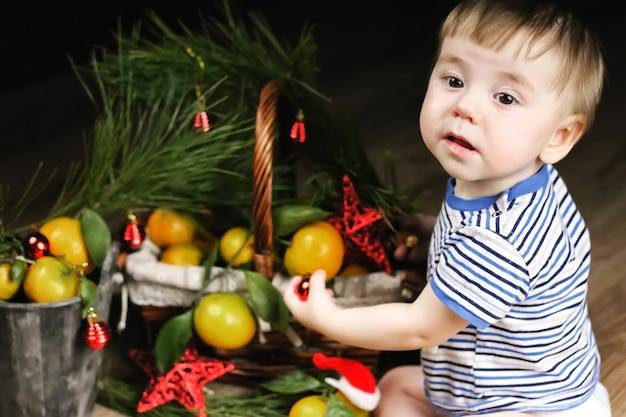 Lief klein meisje in een jurk met kerstmand