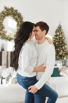 Lief stel jonge geliefden brengen kerstochtend thuis door