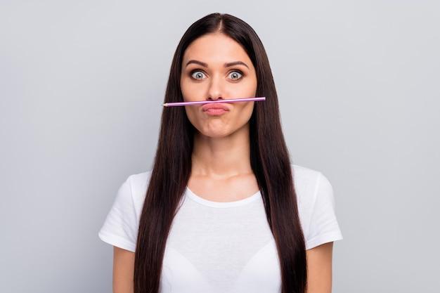 Lief vrij charmant vrolijk meisje grimassen bedrijf potlood op lip
