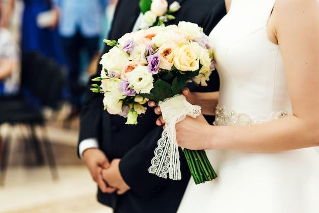 Liefde bruids bloemen natuur de hand