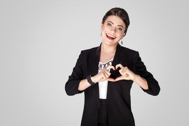 Liefde concept creatieve vrouw weergegeven: hartvorm teken