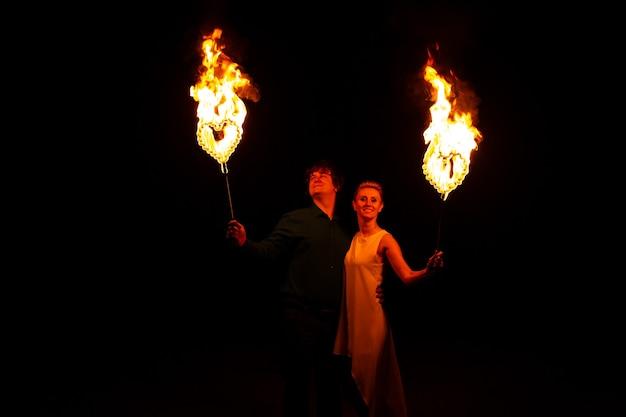 Liefde concept. echtpaar met vuur in hun handen. ze hebben een geweldige tijd samen Premium Foto