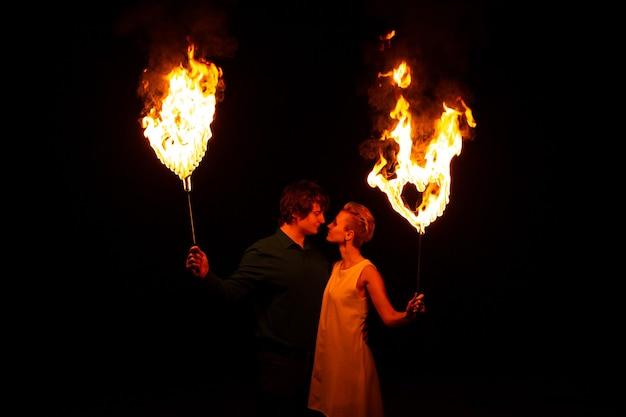 Liefde concept. paar kussen met vuurharten in hun handen. ze hebben een geweldige tijd samen