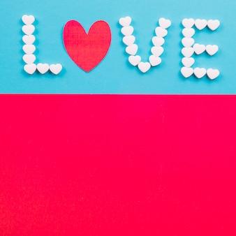 Liefde die op heldere achtergrond schrijft