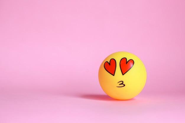Liefde emoticon met mond kussen geïsoleerd op roze achtergrond
