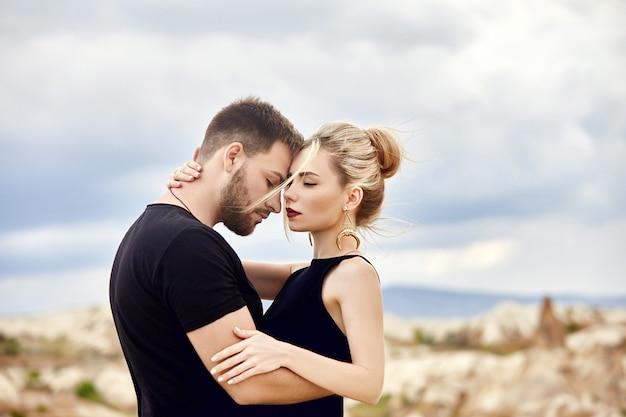 Liefde en emoties liefdevolle paar oosterse knuffels