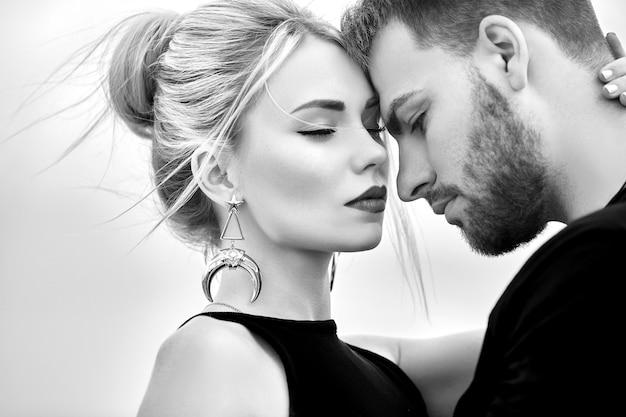 Liefde en emoties verliefde paar rusten in turkije. verliefd oosters paar in de bergen van cappadocië knuffels en kusjes. close-up portret van een man en vrouw. mooie crescent oorbellen op meisjesoren