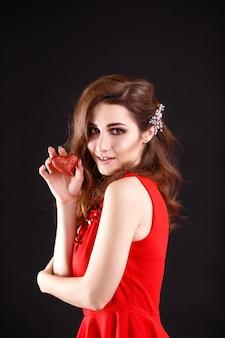 Liefde en valentijnsdag vrouw met hart glimlachend schattig en schattig