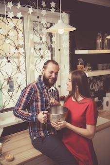 Liefde en vriendschap concept. jong mooi en gelukkig kaukasisch paar die terwijl binnen het hebben van goede tijd samen koesteren. knappe man met dikke stijlvolle baard omarmen zijn vriendin