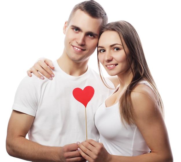 Liefde, familie en mensen concept: gelukkige paar verliefd met rood hart