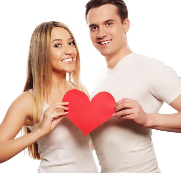 Liefde, familie en mensen concept: gelukkige paar verliefd met rood hart.