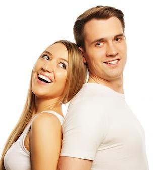 Liefde, familie en mensen concept: mooie gelukkige paar knuffelen over witte ruimte.