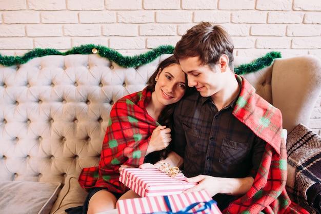 Liefde familie vreugde geluk kerstmis nieuwjaar kalm winter concept Premium Foto