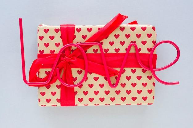 Liefde inscriptie met geschenkdoos op tafel