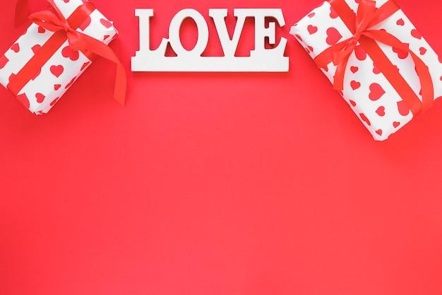 Liefde inscriptie met geschenkdozen op tafel