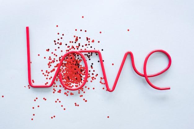 Liefde inscriptie met lovertjes op tafel