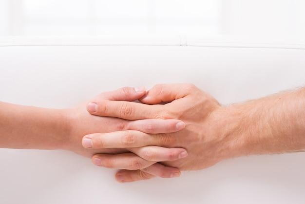 Liefde is? close-up van man en vrouw die elkaars hand vasthouden