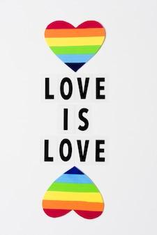 Liefde is liefdeconcept met harten in regenboogkleuren