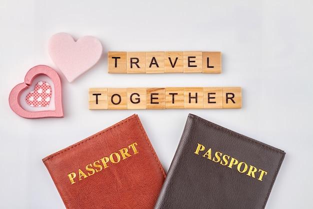 Liefde is samen reizen. twee paspoorten en mooie roze harten op witte achtergrond.