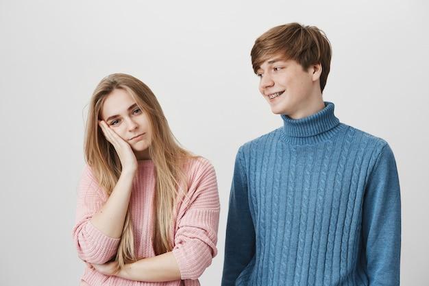Liefde, romantiek en relaties concept. schot van geïrriteerd blond meisje rustend haar hoofd bij de hand