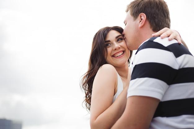 Liefde romantiek relatie. paar tijd samen doorbrengen in het park
