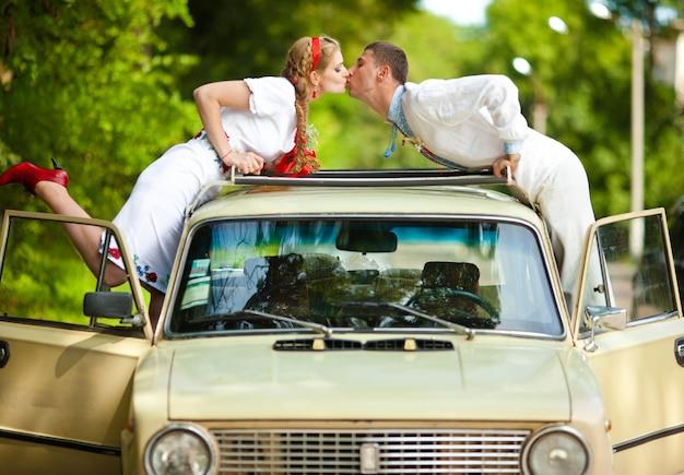 Liefde vrouw kus bestemming jongen