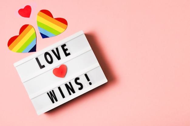 Liefde wint concept met harten in regenboogkleuren