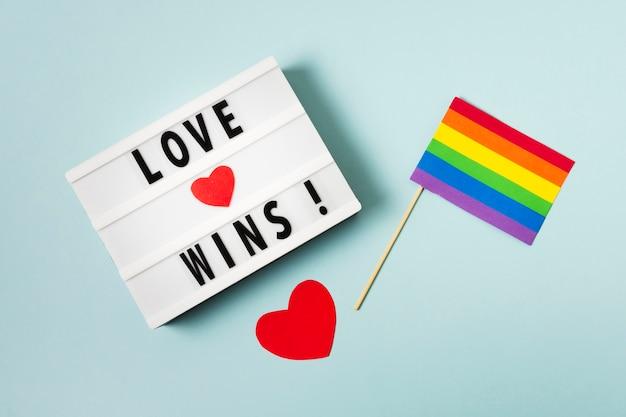 Liefde wint concept met regenboog gekleurde vlag