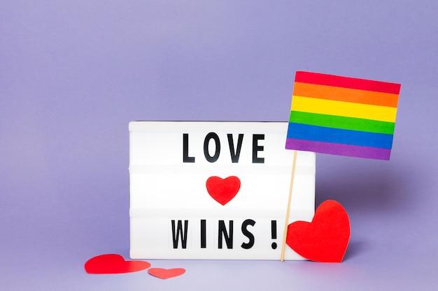 Liefde wint met regenboogkleurige vlag