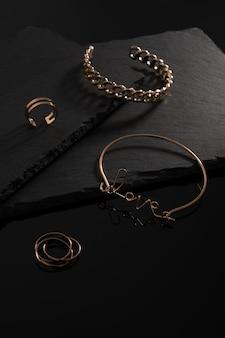 Liefde woordvorm armband en ringen op zwarte platen met kopie ruimte