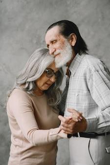 Liefde wordt nooit oud. vrolijke actieve oude gepensioneerde romantische koppel dansen in de woonkamer.