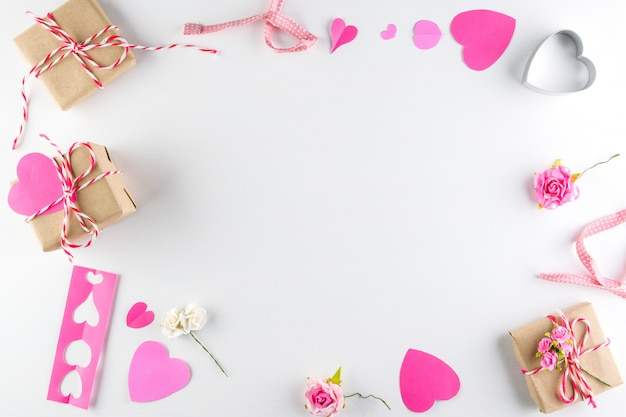 Liefdeharten en giftdoos op witte houten textuurachtergrond die, de dag van de gelukkige valentijnskaart wordt geïsoleerd