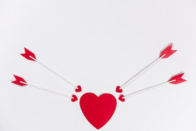 Liefdepijlen die naar rood hart streven
