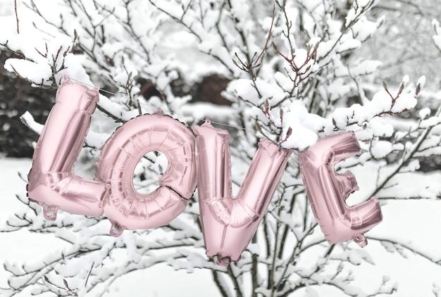 Liefdesballon in de sneeuw