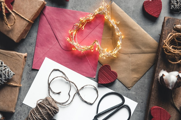Liefdesbericht valentijnsdag. voorbereiding, cadeauverpakking, katoenen bloemen en ansichtkaart