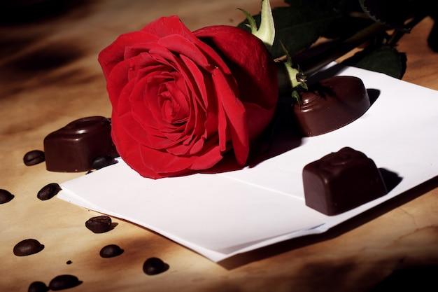 Liefdesbrief en rode roos