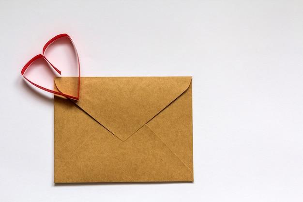 Liefdesbrief envelop met papieren hart. happy valentine's day concept.