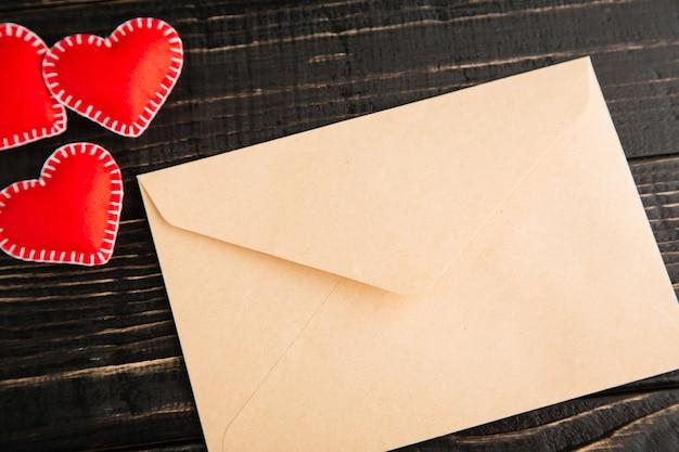 Liefdesbrief op de houten tafel