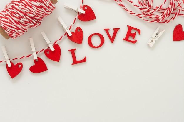 Liefdesbrieven die aan een touw hangen. happy valentine's day achtergrond.
