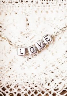 Liefdesbrieven op de ketting close-up op kant