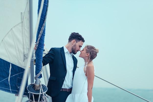 Liefdescène van minnaars op een luxejacht, echtgenoot en vrouw