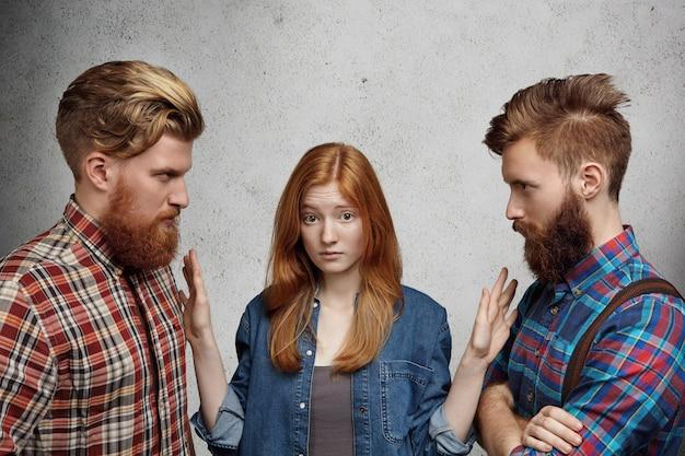Liefdesdriehoek, overspel, relaties en moeilijk keuzeprobleem. jonge mooie vrouw kijkt verward en onzeker tijdens het kiezen tussen twee jongens.