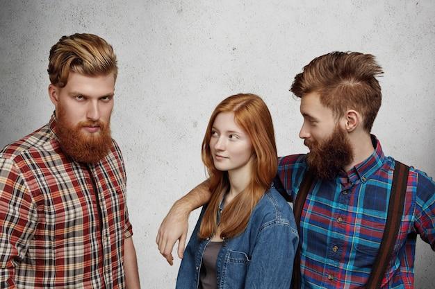 Liefdesdriehoek tussen twee mannen en vrouwen.