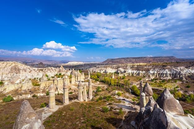 Liefdesvallei in het dorp goreme, cappadocië, turkije.