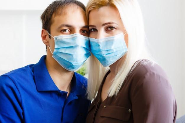 Liefdesverhaal familie man vrouw vriend vriendin in quarantaine geplaatst. normaal leven met coronavirus. leefstijl covid-19. quarantaine virusbescherming steriliteit samen naar huis
