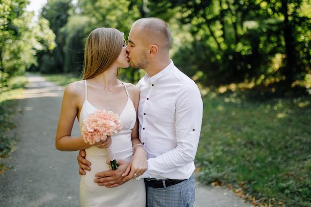Liefdesverhaal in het park. gelukkig man en vrouw